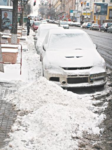 По мнению специалистов, пока на улице не потеплеет - лучше ездить на грязных автомобилях. Фото Антона ЛУЩИКА.
