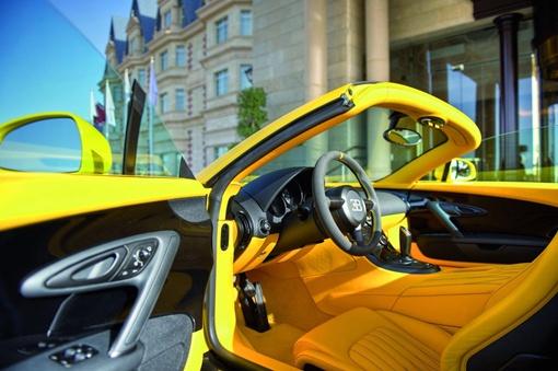 Кузов специального выпуска суперкара окрашен в желтый цвет с черными деталями из углеродного волокна и черными тонированными колесами