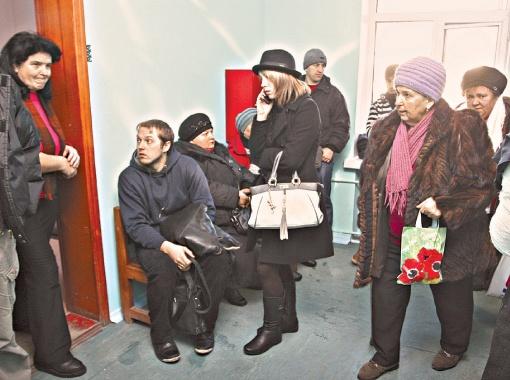 Сейчас самые большие очереди - к врачу-травматологу. Фото Антона ЛУЩИКА.