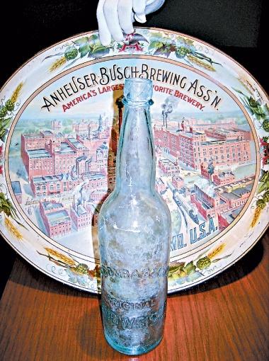 Самые первые бутылка и банка пива Budweiser.