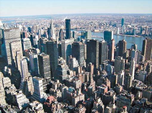 Вид на Манхэттен с самого высокого здания Нью-Йорка Empire State Building (102 этажа, высота - 381,3 метра). Чтобы подняться на смотровую площадку на самый шпиль, придется заплатить 35 долларов.