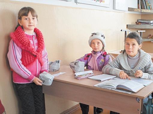При морозах ниже -20 дети учатся, хорошенько утеплившись, и даже на физкультуре не бегают по улице. Фото Максима ЛЮКОВА.