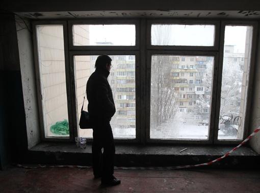 Девочку вытолкнули из этого окна. За то, что там не оказалось защитной перегородки, собираются наказать работников жэка.