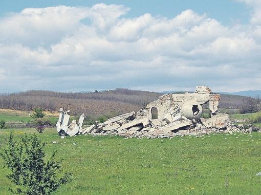 Один из взорванных косовских храмов.