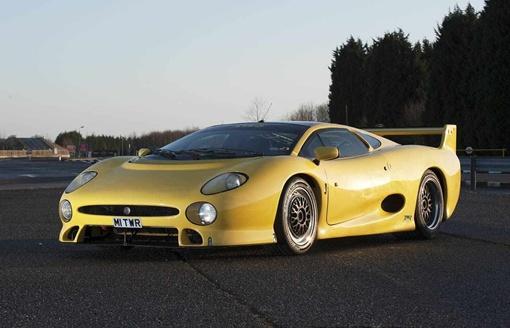 Желтый автомобиль XJ220 S шасси