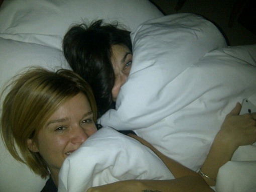 девушки целуется с друг с другом кровати видео