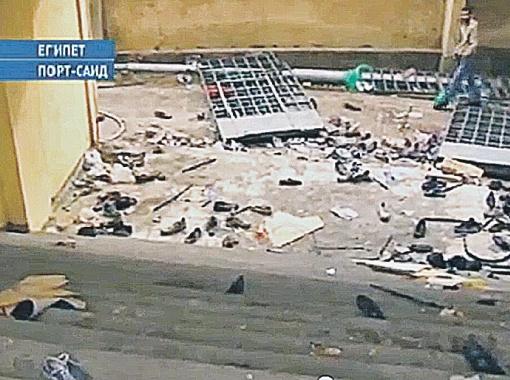 Вот что осталось на месте трагедии на стадионе в Порт-Саиде: куча ботинок погибших и пострадавших в давке людей.