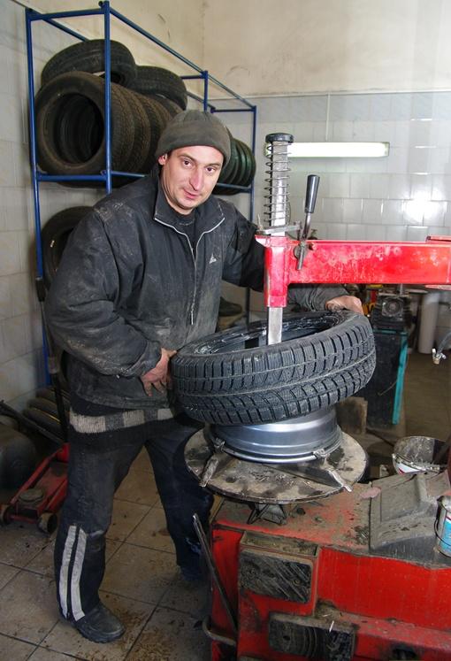 На шиномонтаже кипит работа! Фото Алексея Кравцова.