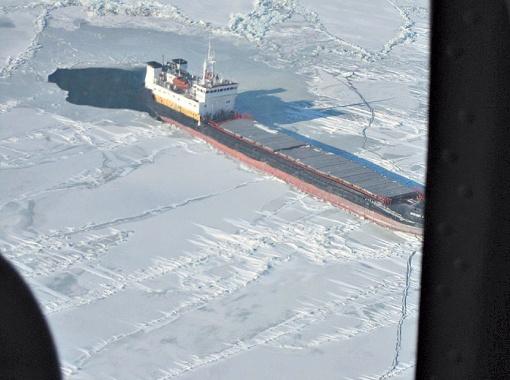 Чтобы спасти российских моряков, вертолет сел на палубу горящего сухогруза.