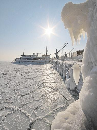 ... но и Черное море (фото справа).