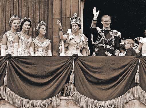 Сразу после коронации. Елизавета с супругом и сестрами.