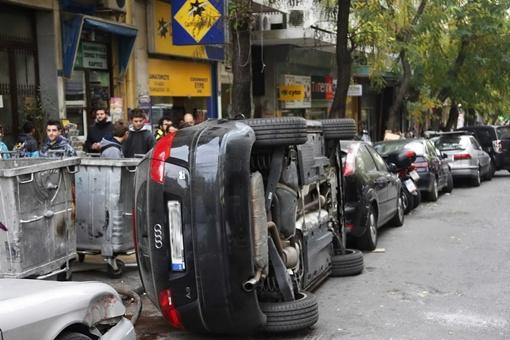 Самосуд над наглым водителем произошел в центре Афин. ФОТО: avtomaniya.com
