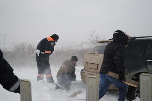 Спасатели выручают застрявших. Фото пресс-службы УГАИ Крыма.