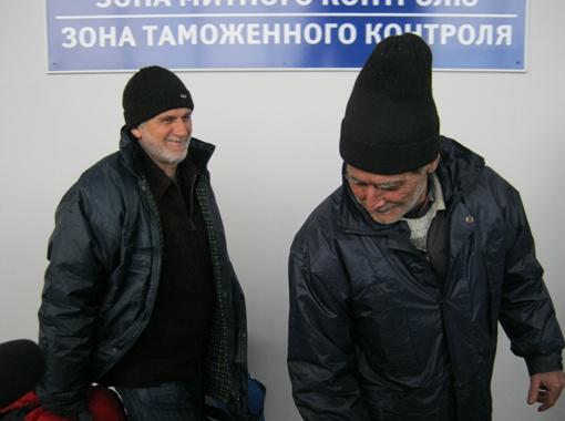 Сразу после таможенного контроля в Симферопольском аэропорту моряков накормили горячим обедом.