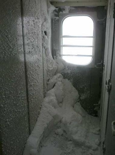 Снег в тамбуре поезда Львов-Киев. Фото Ярослава Сикоры.