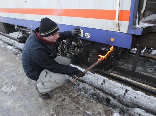 Поляки чистят тормозные колодки от льда огнем, наши - кипятком.