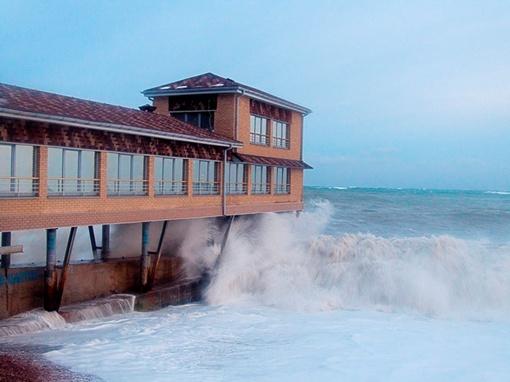 На Южном берегу Крыма поднялся сильный шторм. Фото Александра ИВАНОВА