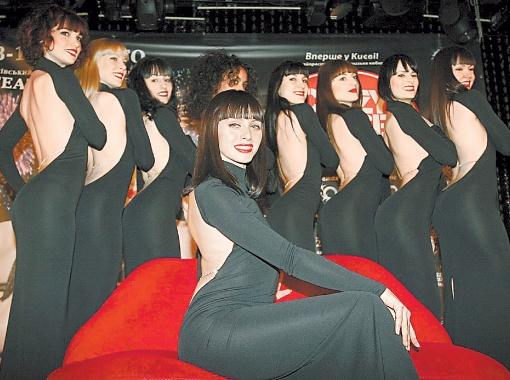 Украинка, выступающая под сценическим именем Ясма, пришла на кастинг в кабаре с подружками за компанию. А теперь блистает на сцене Crazy Horse.