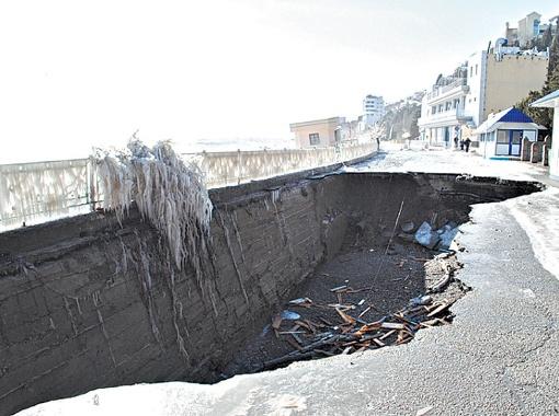 На набережной Алушты теперь зияет яма 30-метровой длины - в такую может провалиться троллейбус! Фото с сайта tvoya-gazeta.com