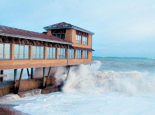 Синоптики оценили шторм в 6 баллов, но местные жители уверяют - в некоторых местах было все 9 баллов! Фото Александра ИВАНОВА.