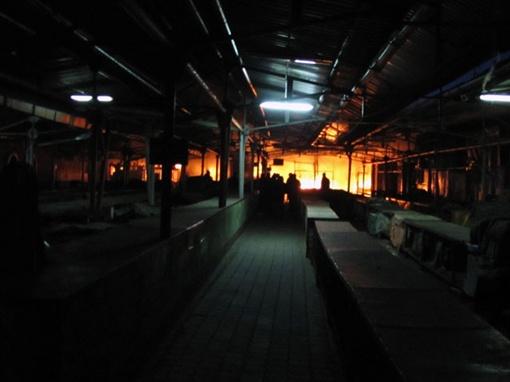 Во вторник вечером пожарные укрощали огонь на одном из самых больших рынков Украины - Озерке