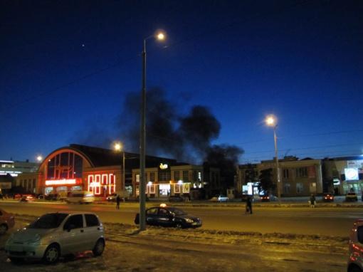 Огонь повредил восемь двусторонних торговых павильонов