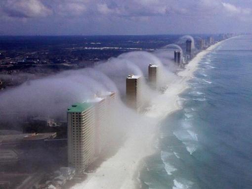 Несмотря на ясный погожий день многоэтажки заволакивает туманом и волнами