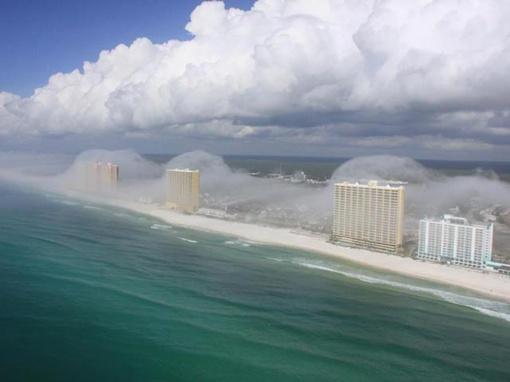 Если с земли этот туман выглядит, вероятно, как обычная низкая облачность, то с воздуха видно, что тонкие облака зависают над береговой линией