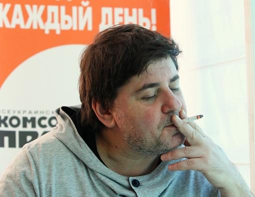 Александр Евгеньевич  делает вид, что абсолютно равнодушен к тому, что пишут о нем в Интернете