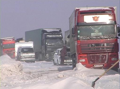Из-за непогоды тысячи грузовиков по всей Украине оказались в ледяной ловушке.