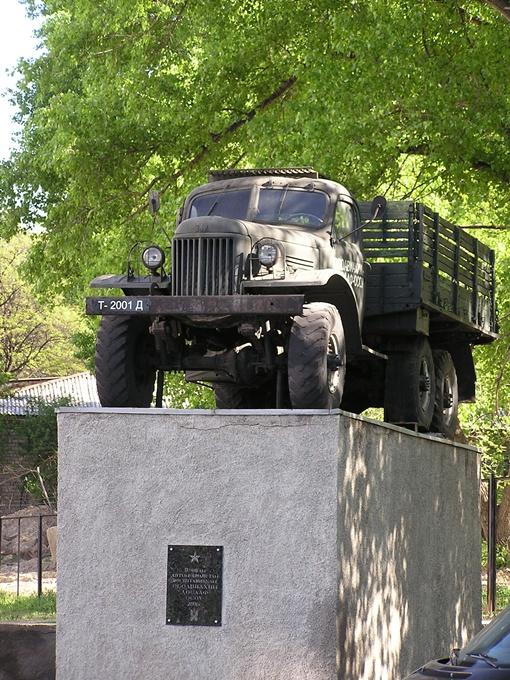 В Донецке стало одним памятником меньше. Фото Андрея БУТКО.