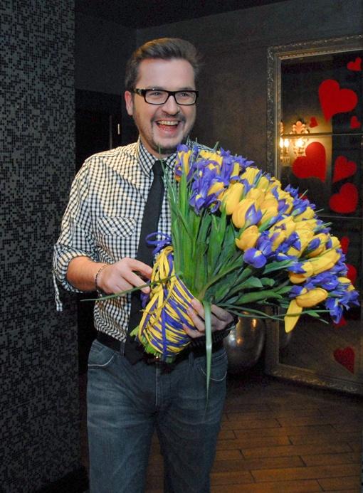 Пономарев принес экс-супруге ее любимые тюльпаны. Фото Дмитрия Никанорова.