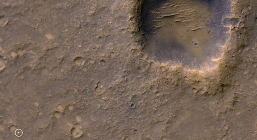 Миниатюрный кратер (слева внизу), оставленный на поверхности Марса после приземления марсохода Спирит в январе 2004 года. ФОТО: www.infuture.ru