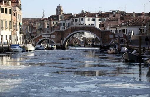 Тонким слоем льда покрылся Большой канал, главная транспортная артерия города. ФОТО: bigpicture.ru