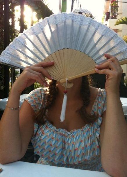 Анфиса скрывает жениха и свое лицо. Фото: pajhwok.com
