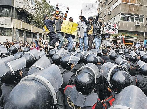 Год назад протесты в Египте начинались с требований свободы и демократии молодыми пользователями Интернета...