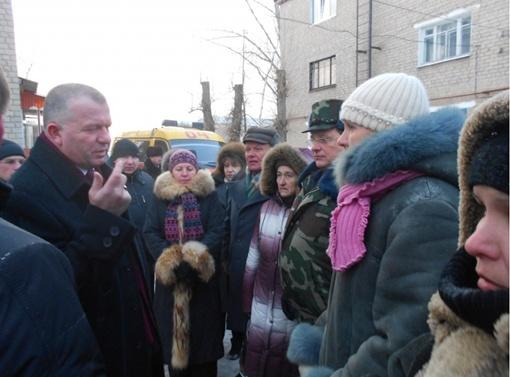 Вице-губернатор Валентин Дулуб пообещал помощь 22 людям, оставшимся без крыши над головой. Фото с официального сайта Харьковской облгосадминистрации.