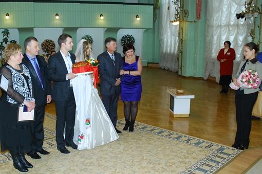 ... поздравила молодоженов в центральном загсе Киева.