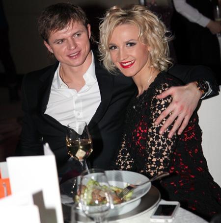 Ведущая и футболист скоро станут мужем и женой. Фото: eg.ru