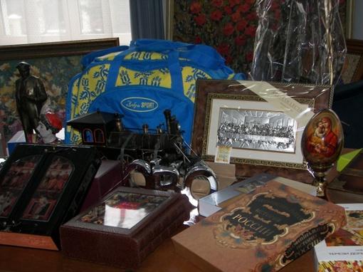Очень много среди презентов книг и сувениров. Фото с официального сайта Харьковской облгосадминистрации.