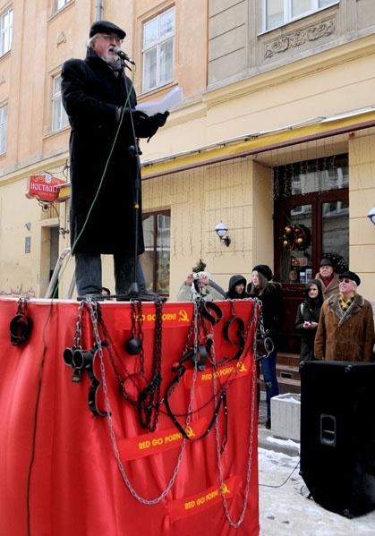 Писатель не может смириться с тем, что творится в стране, и собирает народ на площадях. Фото Мариана Стрильцива, ЗИК.