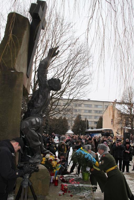 Участники марша  возложили цветы к памятному знаку и почтили погибших минутой молчания. Фото ЗРМЦ МОУ