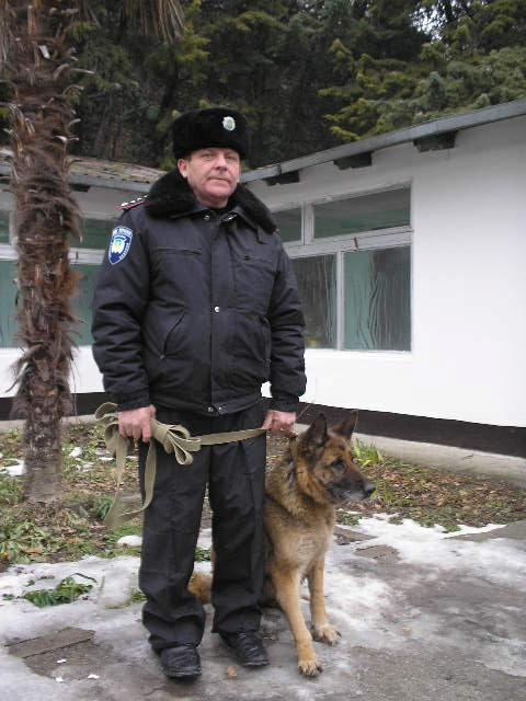 Николай Гунько со служебной овчаркой Хельмой.