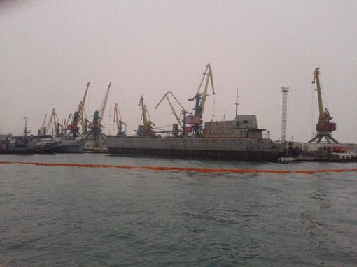 Специалисты считают, что судно могло получить пробоину во время шторма