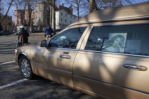 Золотистый катафалк на котором Уитни Хьюстон отправилась в свой последний путь Фото: REUTERS