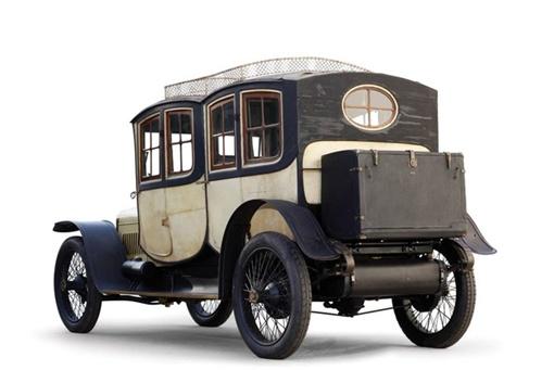 Машина поставляется с двумя типами кузовов: один для зимы (на фото) и другой (открытый) для летней погоды.