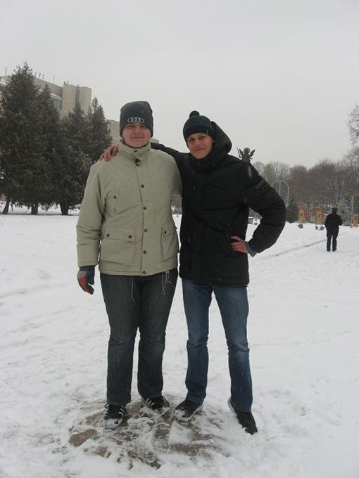 Иван и Николай на 50-й параллели загадывают желание стать студентами и побывать на большом футболе. Фото Натальи АМИРХАНЯН и из архива