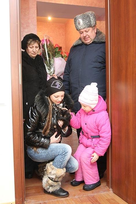 Новое жилье проверила кошка: можно жить!Фото Сергея КАШИРИНА.