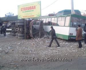 Водителей МАЗа и троллейбуса зажало в кабинах. Фото: tvoya-gazeta.com