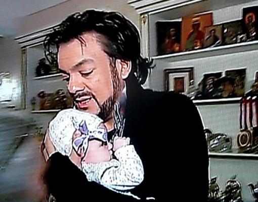 Певец со своей дочкой отмечают новоселье. Кадр видео Первого канала.
